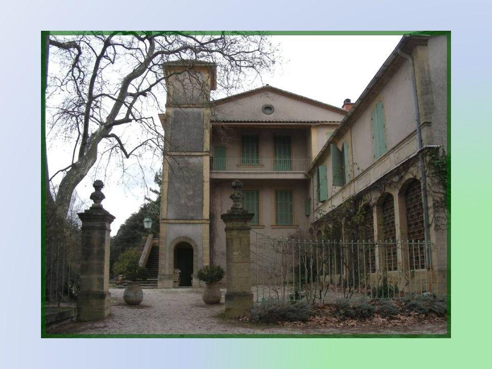 En contournant les bâtiments, on a la surprise de irouver un château, construit probablement au XVIIe siècle.