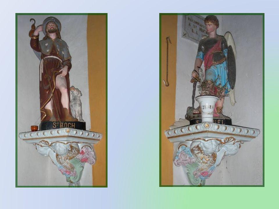 Ce tableau a été réalisé au XVII e siècle et deux petites statues représentant, lune, Saint Roch, et lautre, Saint Michel, sont installées de chaque c