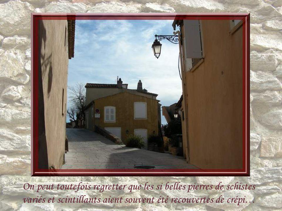 Ce village a conservé son caractère typiquement provençal avec ses vieilles maisons blotties autour de léglise, ses passages étroits, ses vieux portiq