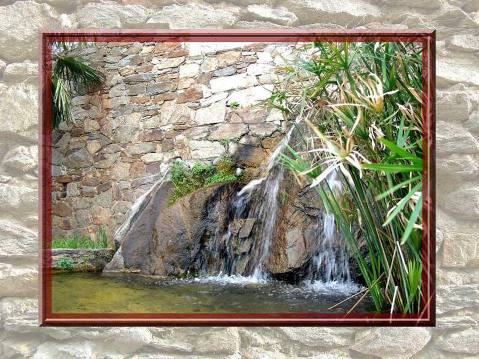 Des escaliers flanqués dune charmante fontaine permettent daccéder à la promenade Dei Barri, terrasse médiévale qui marquait lextrémité des remparts d