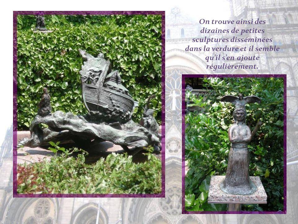 Tout autour du jardin, des sculptures et des plaques, réalisées par des enfants, avec des citations de célébrités telles que Mahatma Gandhi, Benjamin