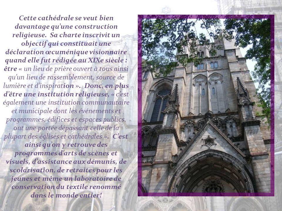 Les plans furent dabord conçus sur une inspiration romano-byzantine mais, après la construction du dôme central en 1909, ce fut le style gothique, d'i