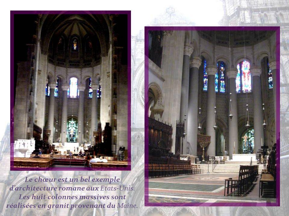 Cette magnifique rosace de 12 m de diamètre orne la façade. Cest la plus grande aux Etats-Unis. Un Christ en majesté en occupe le centre. Curieusement