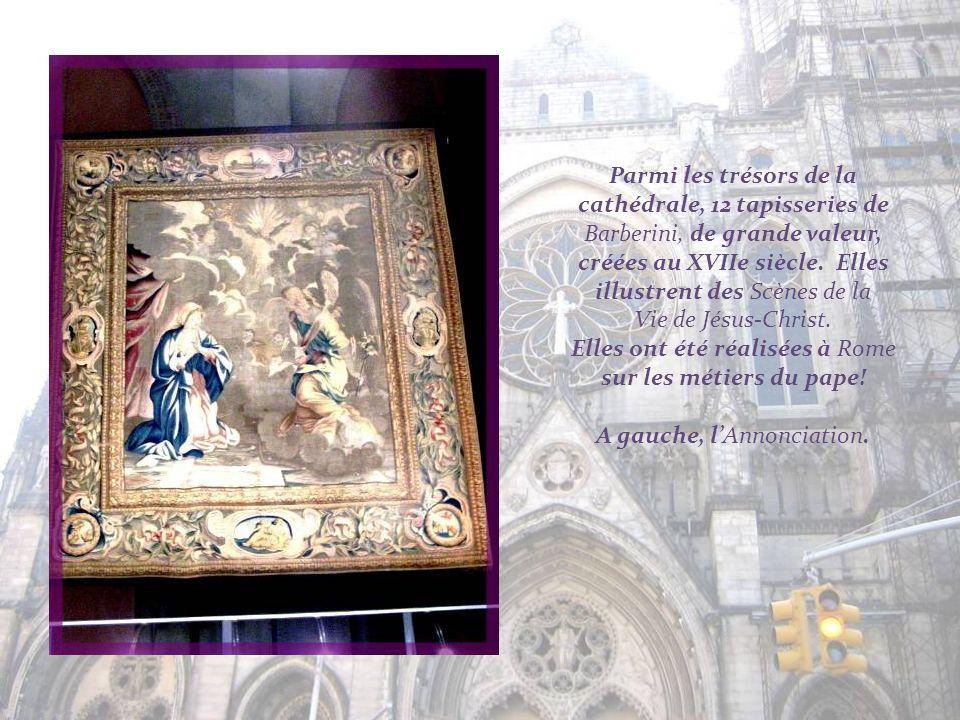 Le long de limmense nef, remplaçant des chapelles, des renfoncements mettant en valeur les professions et les grands progrès de lhumanité. Ils sont or