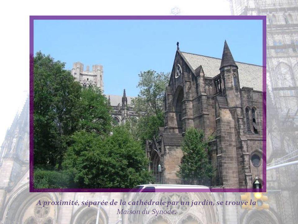 A proximité, séparée de la cathédrale par un jardin, se trouve la Maison du Synode.