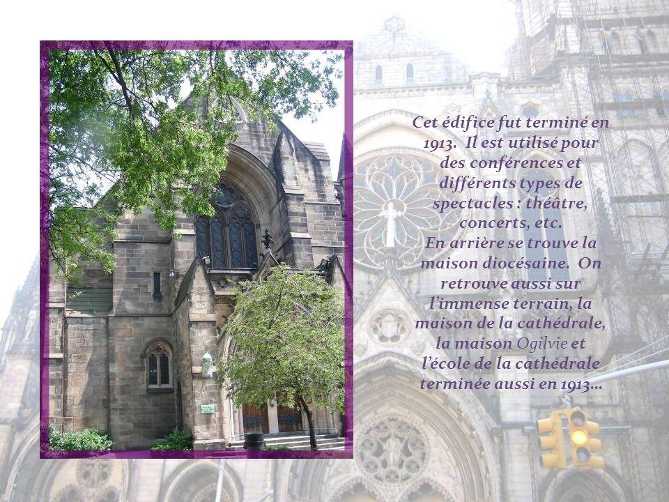 Des sculptures de saints ornent la façade, à limage des grandes cathédrales gothiques européennes.