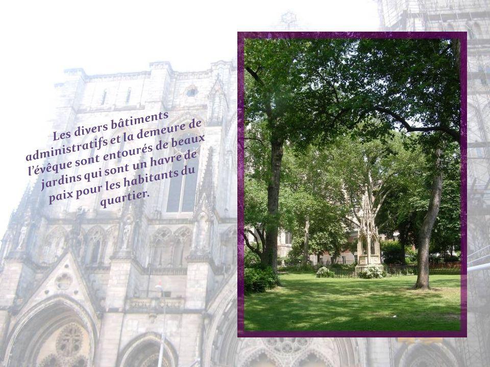 Les portes de bronze ont été fondues à Paris.