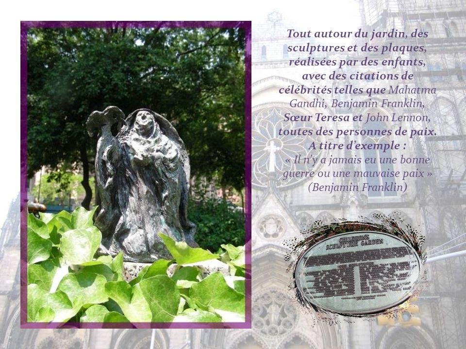 Tout autour du jardin, des sculptures et des plaques, réalisées par des enfants, avec des citations de célébrités telles que Mahatma Gandhi, Benjamin Franklin, Sœur Teresa et John Lennon, toutes des personnes de paix.