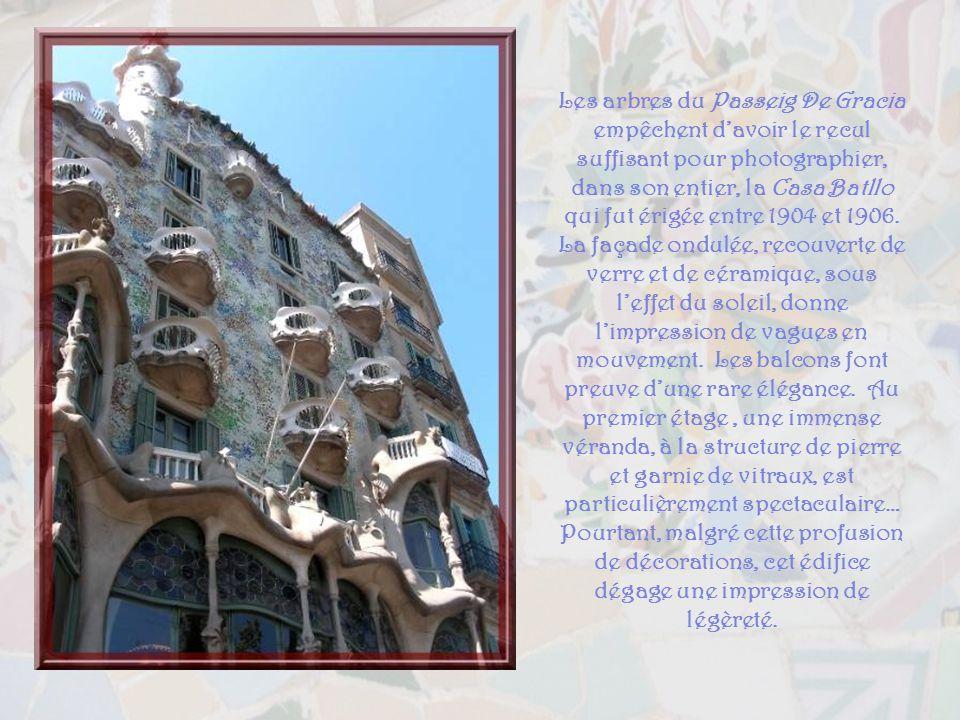 La Casa Calvet fut construite, de 1898 à 1900, pour un industriel du textile. Elle comprend quatre étages, le rez-de-chaussée devant être réservé au c