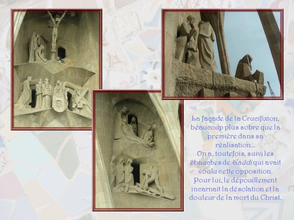 La façade de la Nativité, réalisée sous la supervision de Gaüdi lui-même. Ci-haut, la fuite en Egypte.