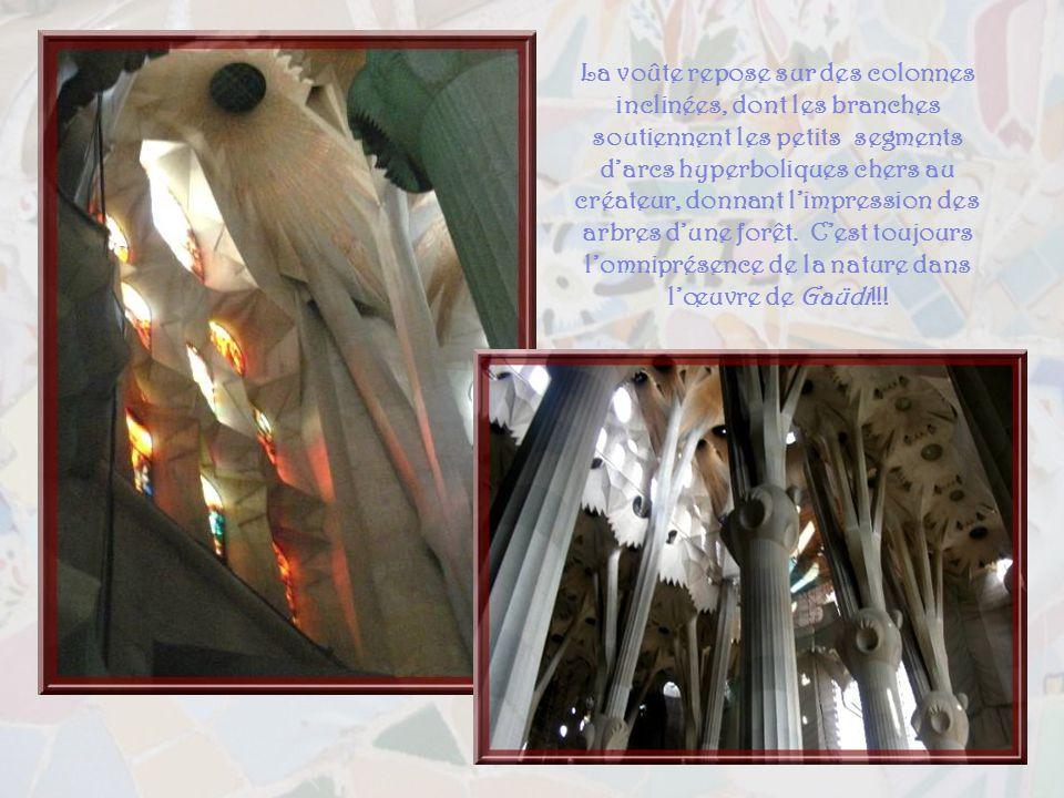 La façade de la Crucifixion, beaucoup plus sobre que la première dans sa réalisation… On a, toutefois, suivi les ébauches de Gaüdi qui avait voulu cet