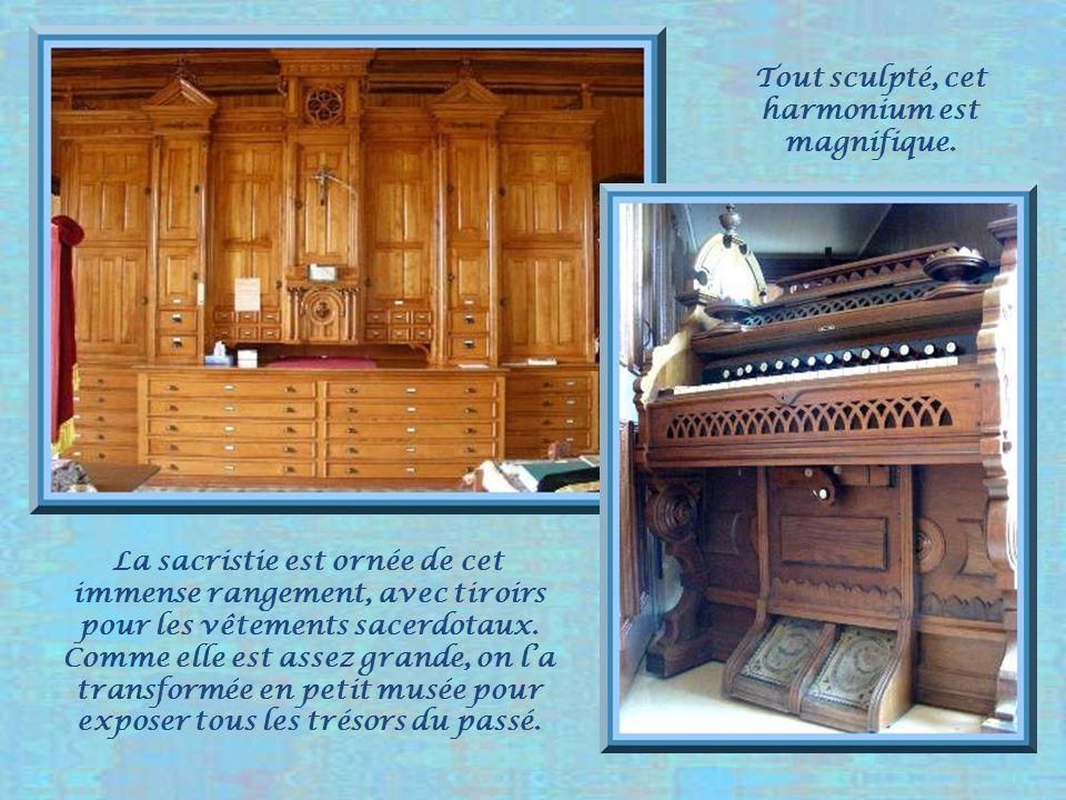 Lancienne chaire reconvertie en ambon. Deux sièges avec monogramme se font face dans le chœur.