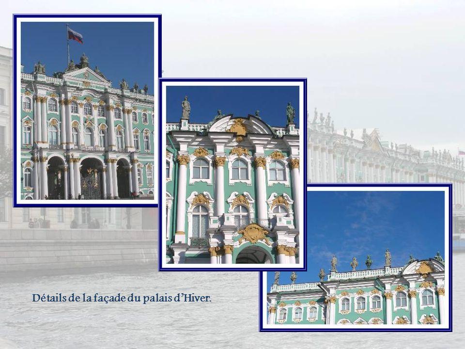La place du Palais avec la colonne élevée en lhonneur du vainqueur de Napoléon, Alexandre Ier. Haute de 48m, elle est surmontée dun ange aux traits de