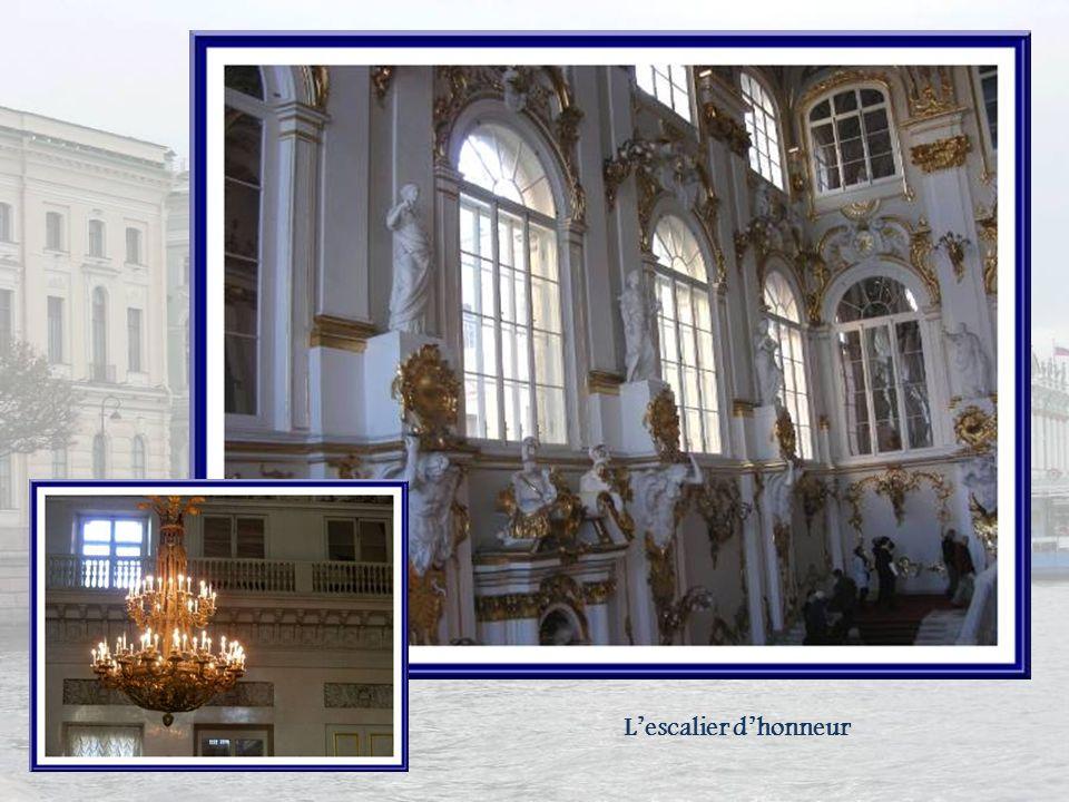 Lescalier dhonneur fut détruit pendant le grave incendie de 1837 qui ravagea le palais dHiver. Il fut restauré par Vassili Stassov selon les dessins q