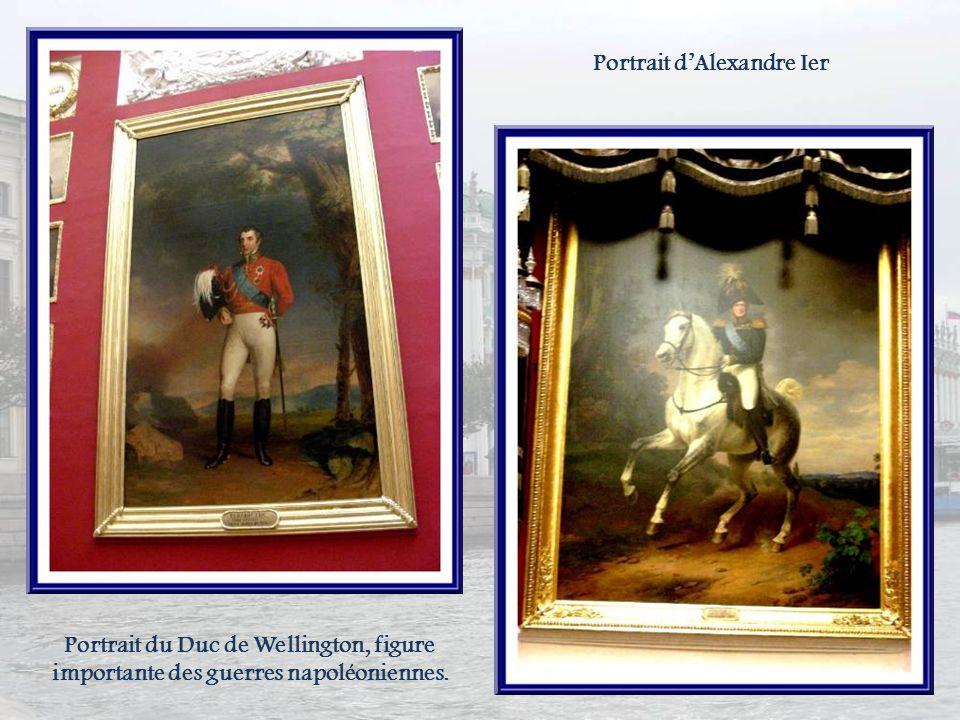 La galerie militaire consacrée à la gloire de larmée russe fut aménagée, en 1812, par Carlo Rossi. Ses murs sont décorés de 132 portraits de généraux