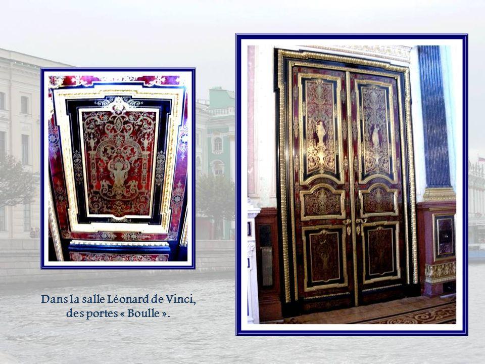 Dans le Vieil Ermitage, ces deux œuvres de Léonard de Vinci sont présentées sous verre… A gauche, Madone Litta(1480), à droite, la Vierge à la fleur (