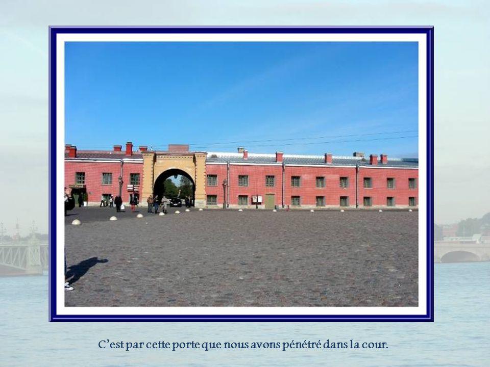 La porte Saint- Pierre, est dominée par un aigle bicéphale en plomb, pesant plus dune tonne.