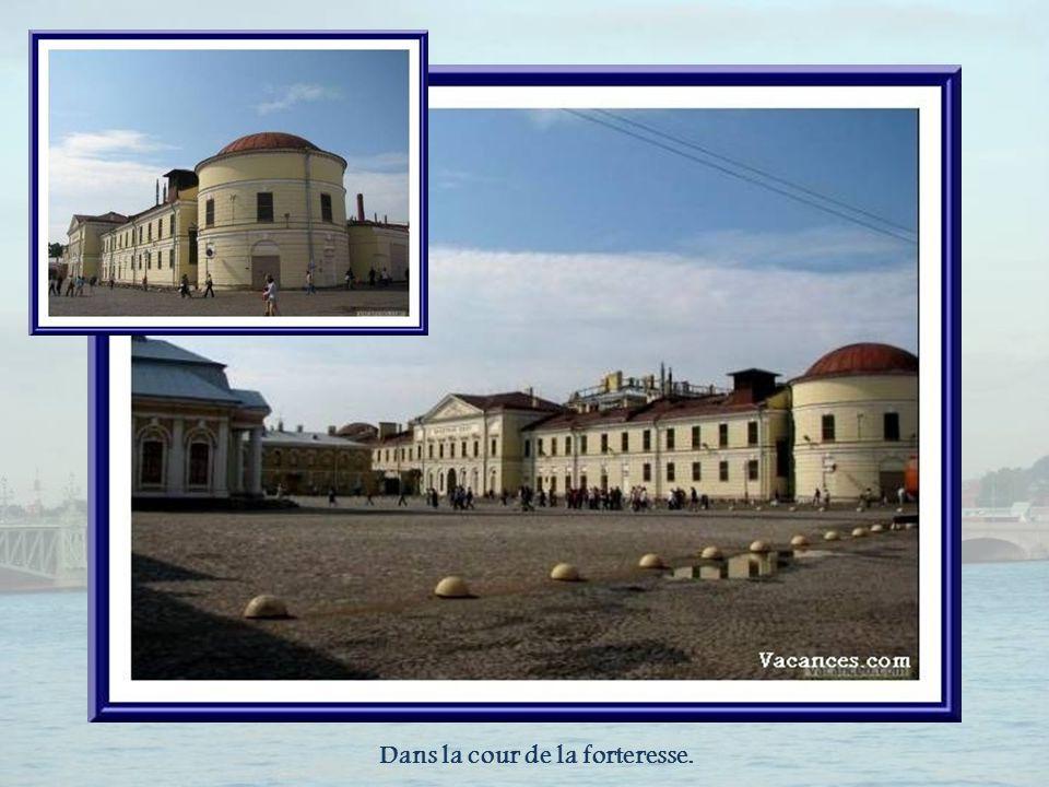 La maison du Commandant abrite une exposition sur lhistoire de Saint-Pétersbourg et de Petrograd de 1703 à 1917.