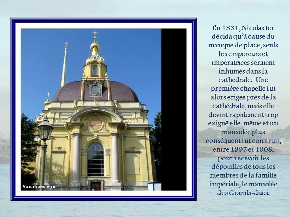 Le clocher de la cathédrale, haut de 122,5 m, est le plus élevé de la ville.