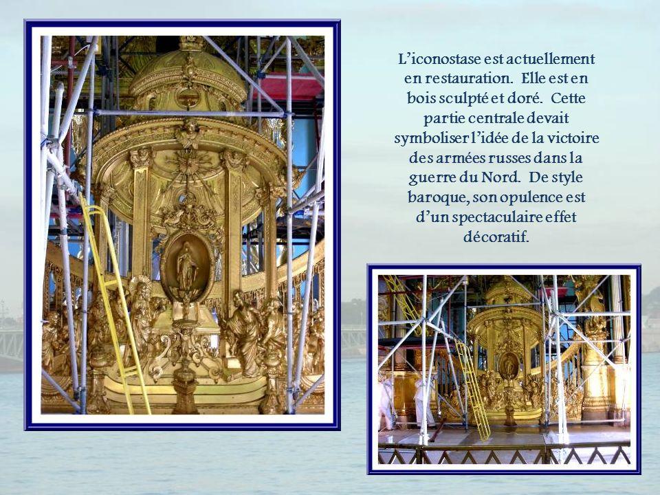 La chaire qui fait pendant au dais, est purement décorative puisquon nen utilise pas dans les églises orthodoxes.