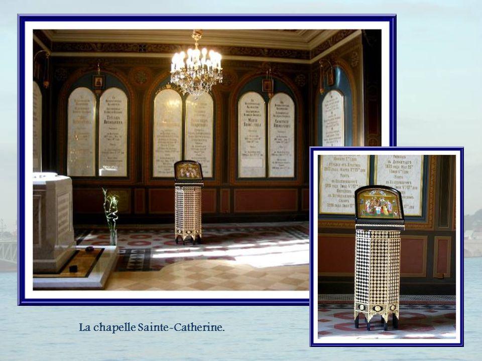 Dans la petite chapelle Sainte-Catherine, au fond de la cathédrale, en 1998, les restes du dernier tsar de Russie et de sa famille furent déposés.