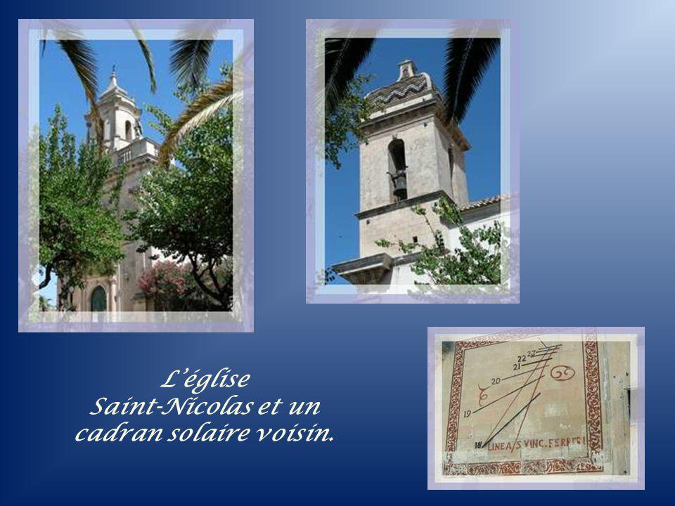 Entourée par ce jardin de verdure, avec même des papyrus si difficiles à cultiver, l a petite église Saint- Nicolas exhibe son clocher polychrome.
