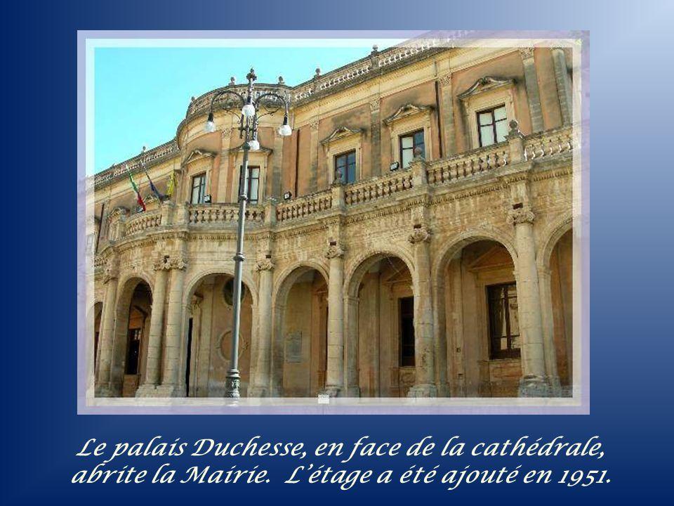 Ces deux étages à colonnes sont mis en valeur par les deux campaniles qui les entourent (photo précédente).