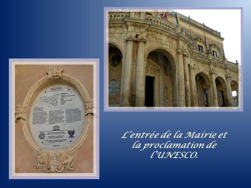 Le palais Duchesse, en face de la cathédrale, abrite la Mairie. Létage a été ajouté en 1951.