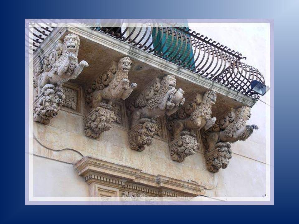 Dans une petite rue perpendiculaire, le palais Nicolasi di Villadorata attire les regards par des balcons que supportent des consoles aux figures grotesques : sirènes, chevaux, lions et petits anges.