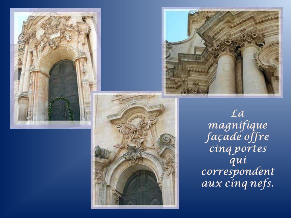 Léglise Saint-Georges, terminée en 1818, il faut la mériter en escaladant 250 marches.
