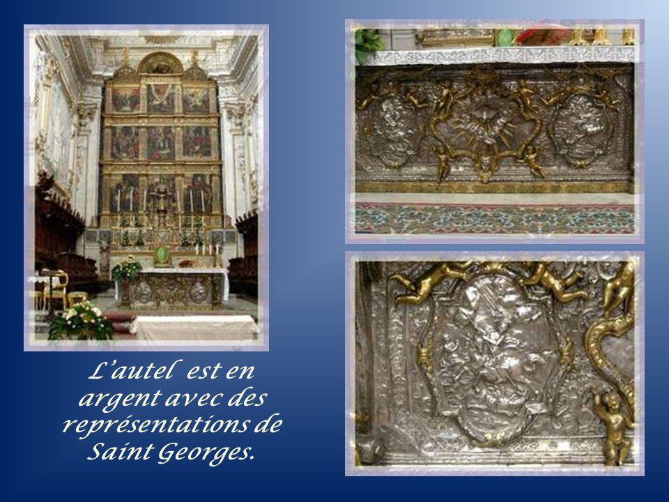 La magnifique façade offre cinq portes qui correspondent aux cinq nefs.