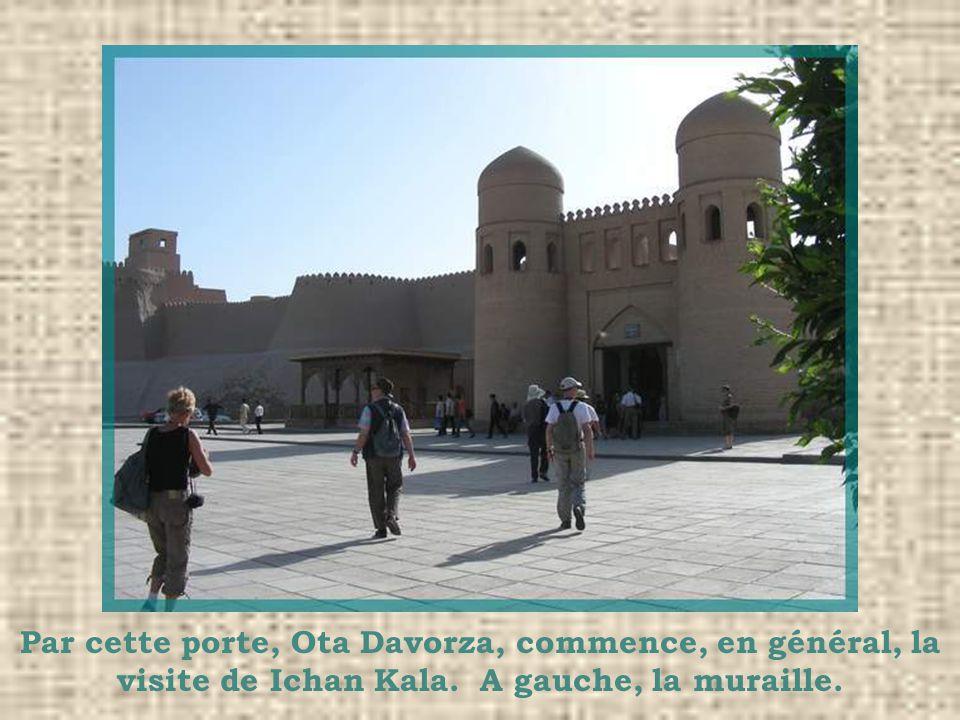 Par cette porte, Ota Davorza, commence, en général, la visite de Ichan Kala. A gauche, la muraille.