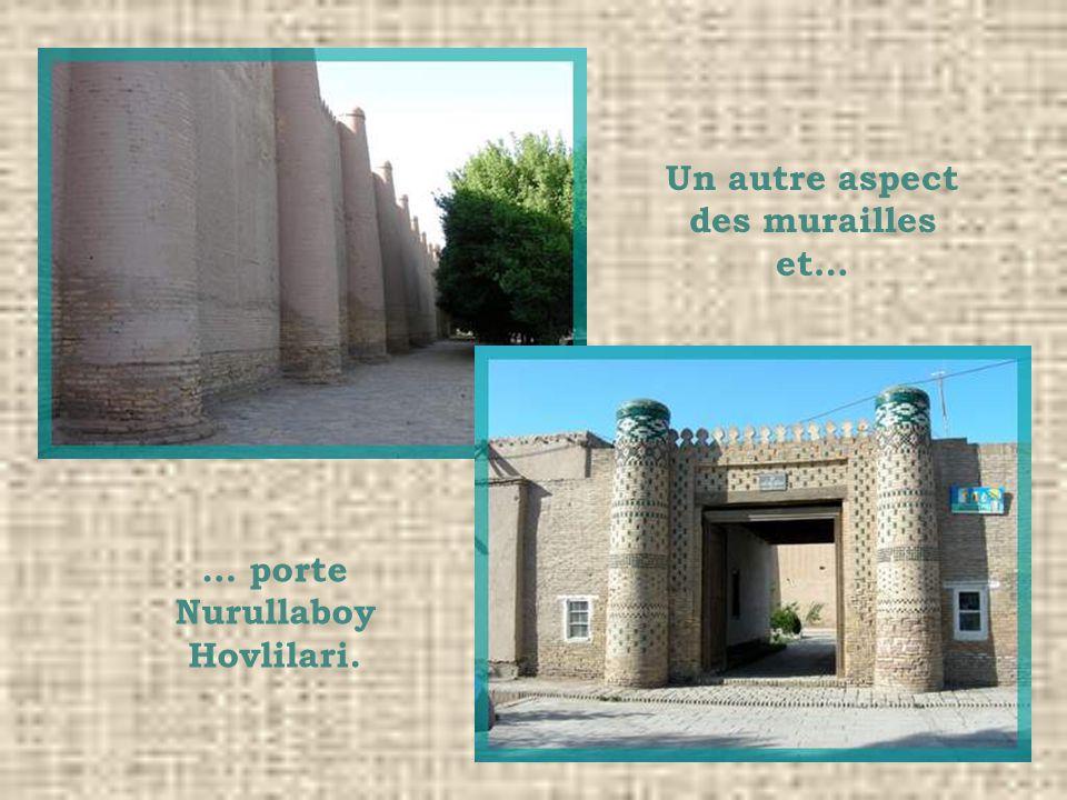 Un autre aspect des murailles et… … porte Nurullaboy Hovlilari.