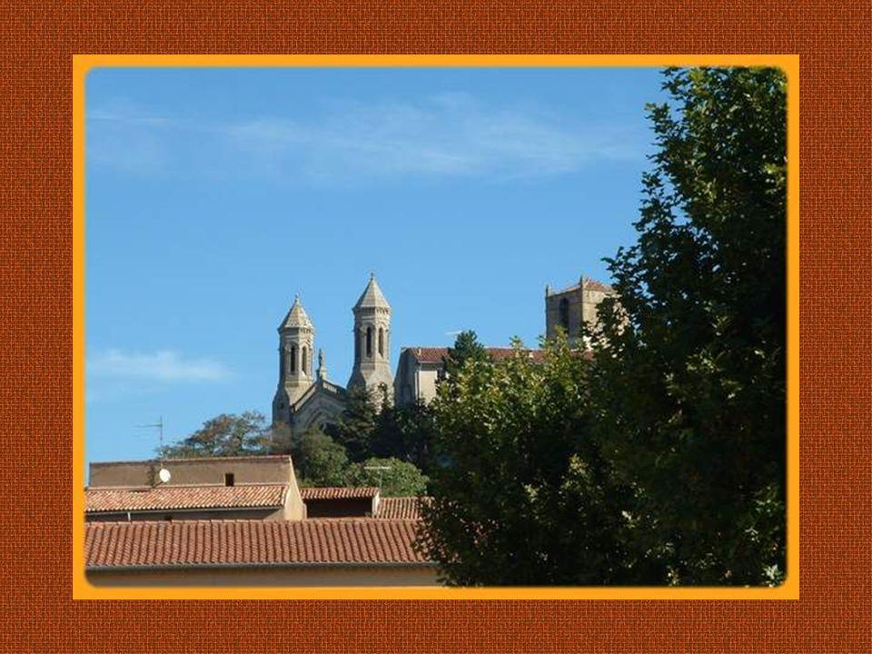 Perchée sur sa colline, la petite localité provençale de Rians, sétend en escargot autour de son église qui la domine.