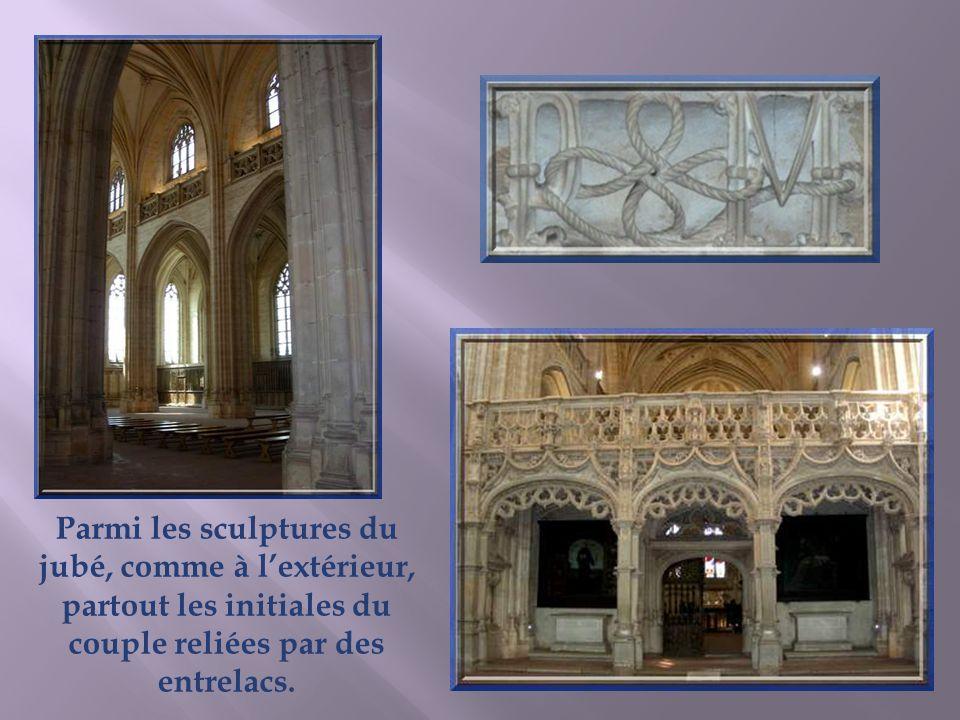 Léglise est essentiellement conçue pour servir décrin aux trois magnifiques tombeaux, celui de Marguerite de Bourbon, la mère, celui de Philibert le B