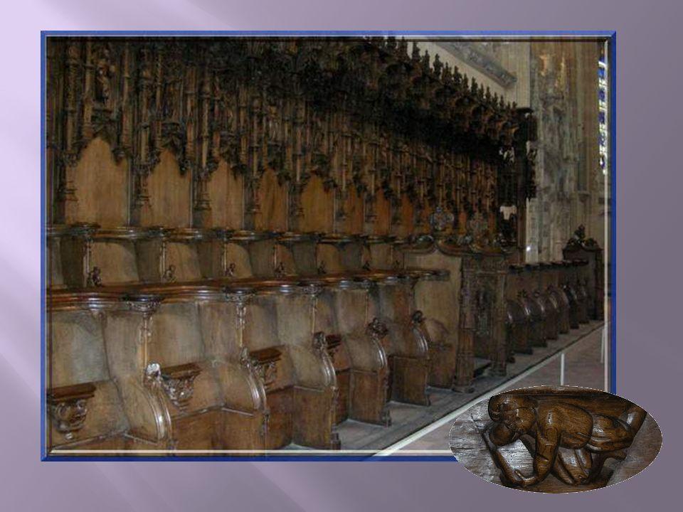 74 stalles de chêne sont disposées sur deux rangs, de chaque côté du chœur. Elles ont été réalisées entre 1530 et 1532 par deux équipes, lune bressann