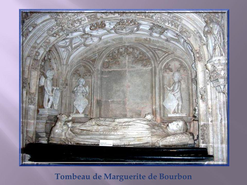 A droite, sur le mur sud de léglise, se trouve le tombeau le plus simple et le plus traditionnel des trois. Il est placé en enfeu, cest-à-dire dans un