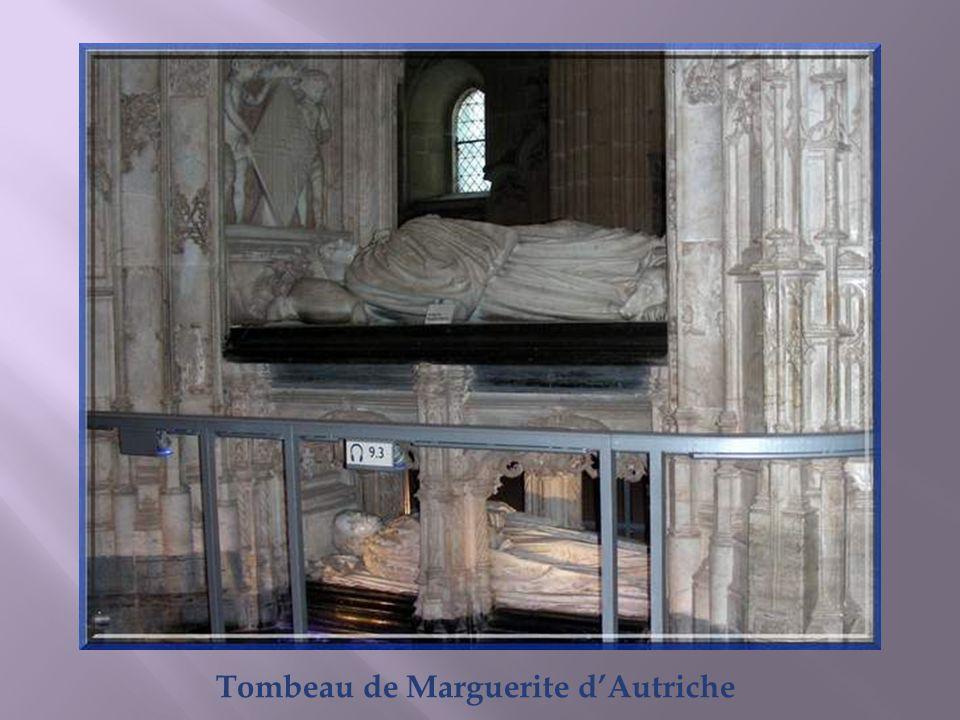 Le tombeau de Marguerite dAutriche est constitué dun baldaquin monumental de pierre ciselée. Décoré de multiples statuettes, il se veut une évocation