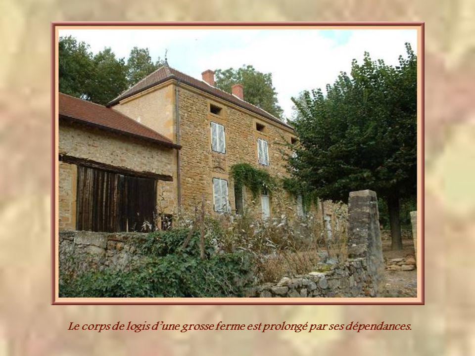 Pas très éloignée dIguerande, mais déjà dans la Loire, cette ferme fortifiée de Montrenard remonte au XIVe siècle.