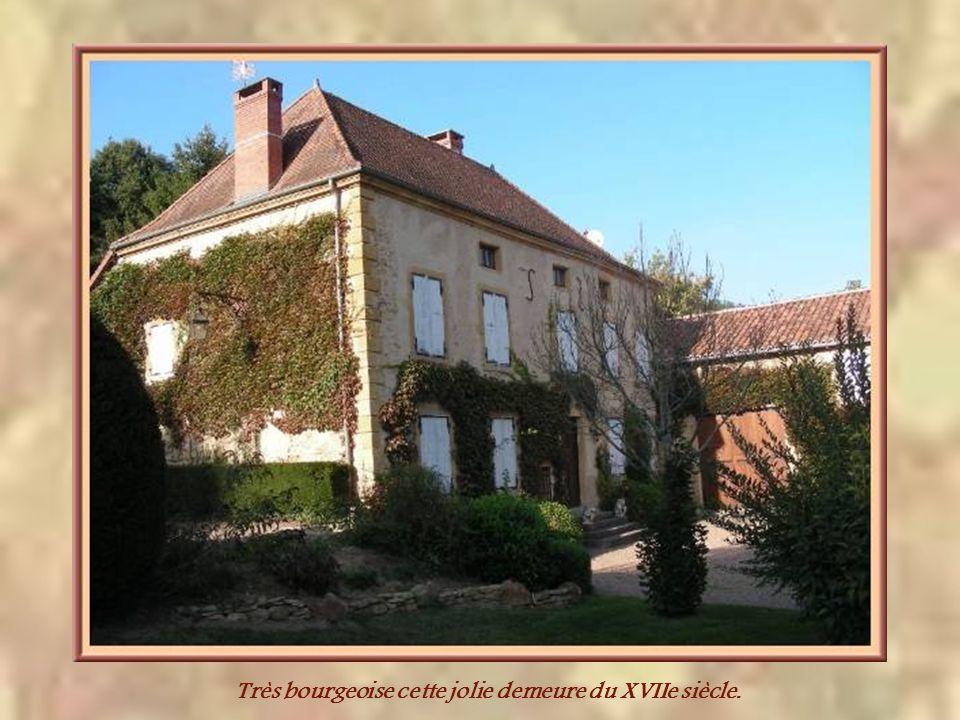 Nichée dans la verdure cette belle maison ancienne…
