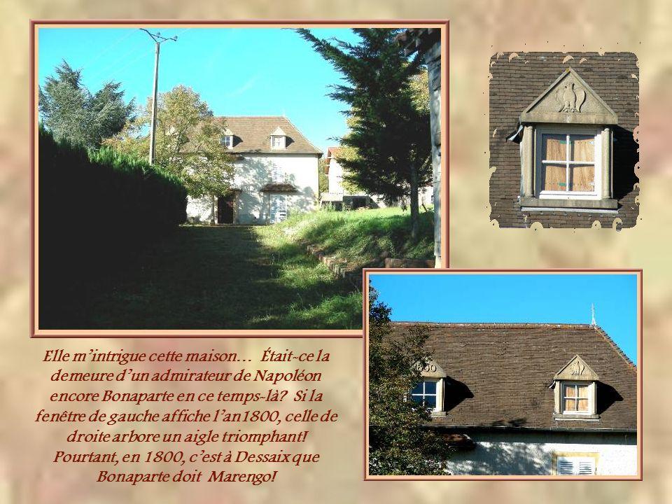 Curieuse cette grille encadrée par des écureuils! Elle donne accès à une maison qui aurait été construite en 1800…