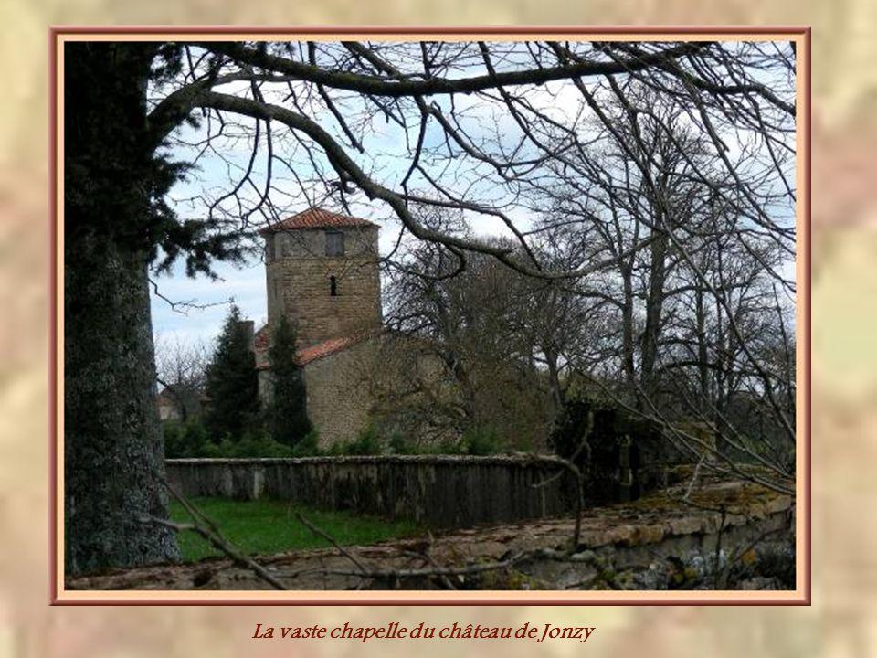 A Jonzy, de la commune de Saint-Julien-de-Jonzy, le château des Laurent qui aurait été construit avant le XVIIIe siècle. Il possède une chapelle assez