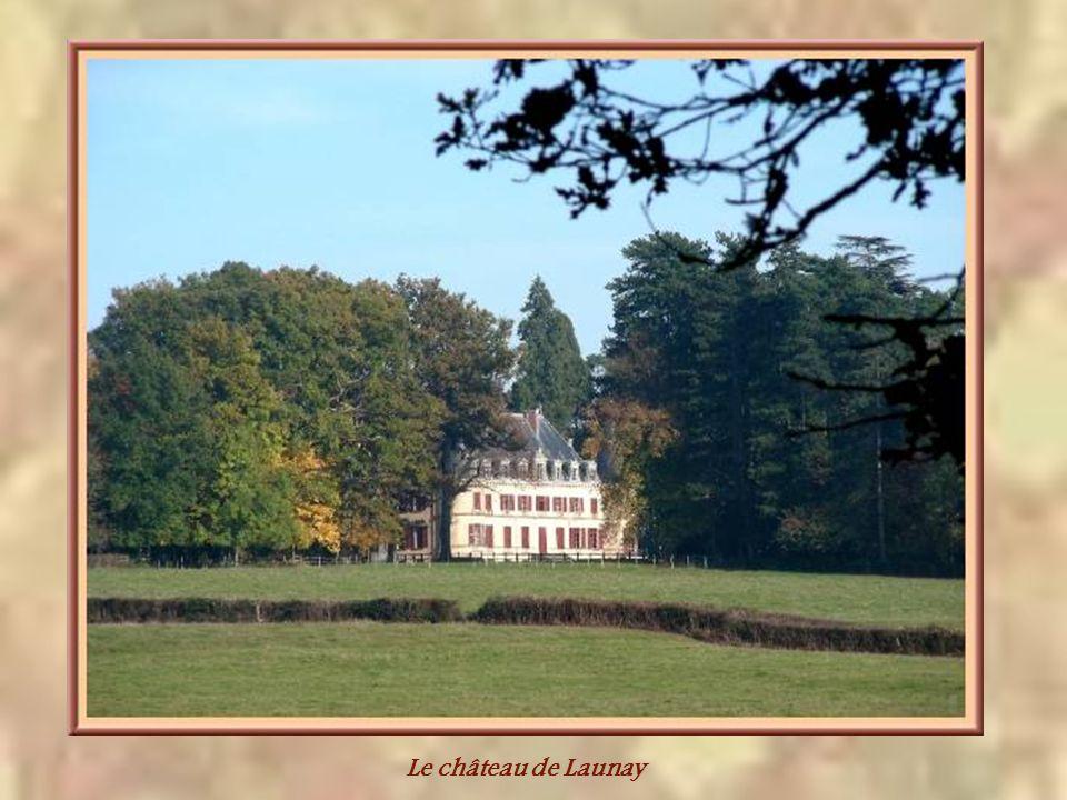 A Sainte-Foy-en-Brionnais, cest le château de Launay qui se cache derrière les grands arbres.