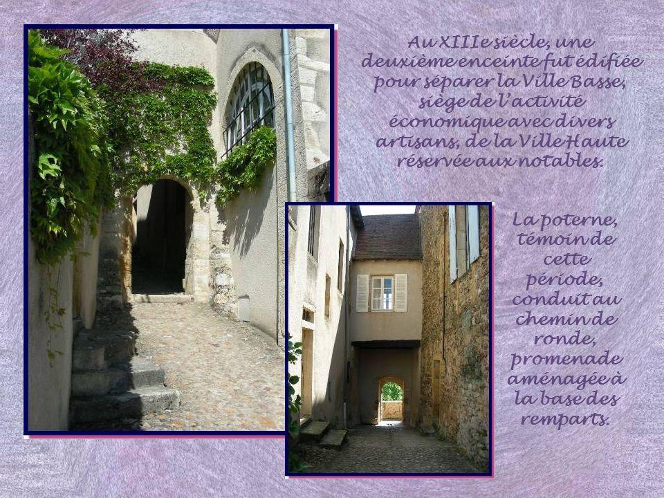 Ce château-fort est le plus ancien de Bourgogne.. Il fut construit, dès le Xe siècle, pour arrêter les Normands. Le donjon, haut de 22m, possède des m
