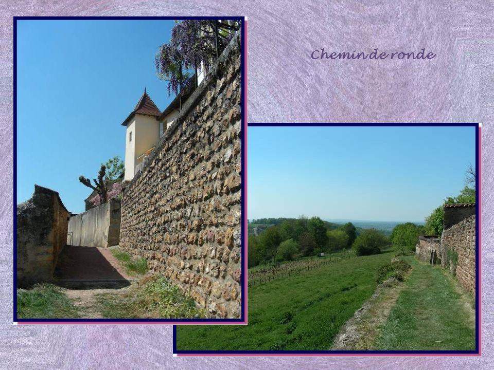 Au XIIIe siècle, une deuxième enceinte fut édifiée pour séparer la Ville Basse, siège de lactivité économique avec divers artisans, de la Ville Haute