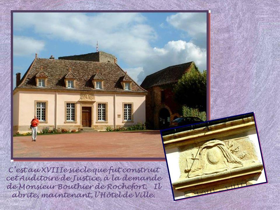 LHôtel, dit de Précy, fut construit au XVIIIe siècle et appartint à la famille du Général de Précy.