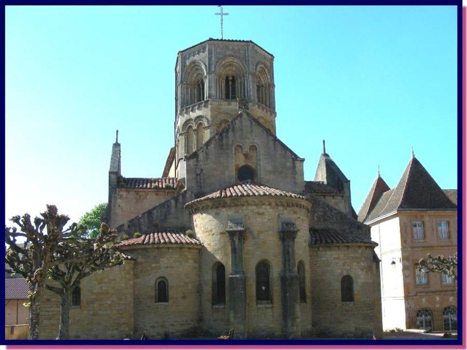 Cest au XVIIIe siècle que fut construit cet Auditoire de Justice, à la demande de Monsieur Bouthier de Rochefort. Il abrite, maintenant, lHôtel de Vil
