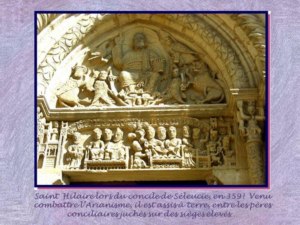 Le tympan du porche principal montre un Christ tétramorphe : Christ dans sa mandorle avec les évangélistes représentés sous leur forme symbolique. Sur