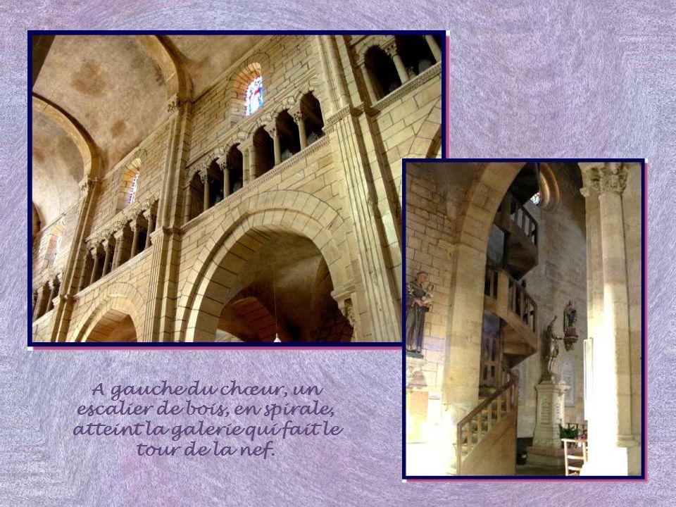 La nef reprend les caractéristiques de la célèbre abbaye de Cluny, avec une triple élévation. On y retrouve aussi larc brisé comme à Paray- le-Monial,