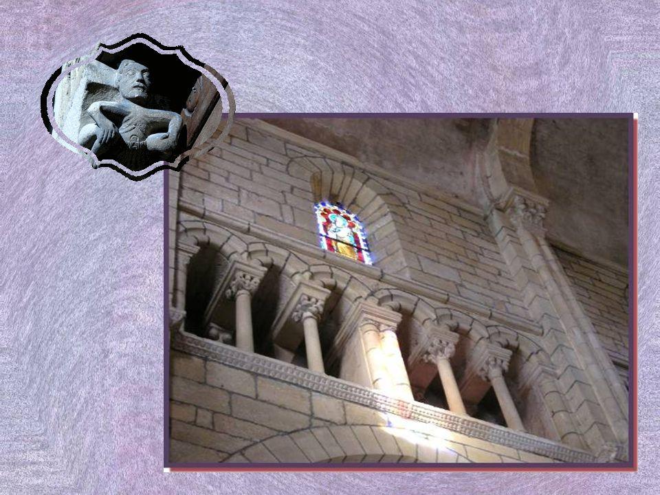 A gauche du chœur, un escalier de bois, en spirale, atteint la galerie qui fait le tour de la nef.